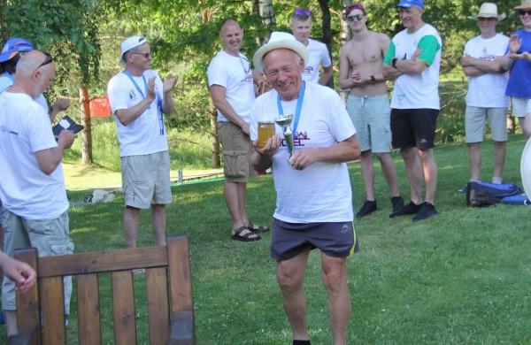 Šveicarijos Joninių maratono laureatams – medaliai, taurės, jėgos aitvarų pamokos, vėtrungės ir medus