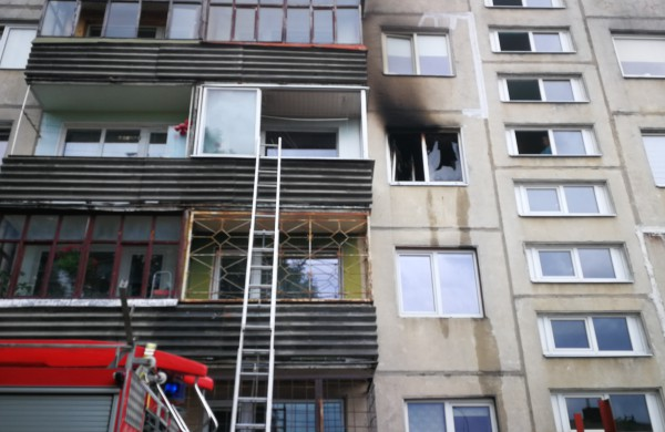 Iš buto trečiame aukšte veržėsi liepsnos: gaisro kaltininkas – šaldytuvas