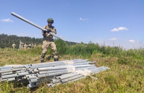 Lietuvos kariuomenė pasienyje su Baltarusija pradėjo tiesti spygliuotos vielos užtvarą