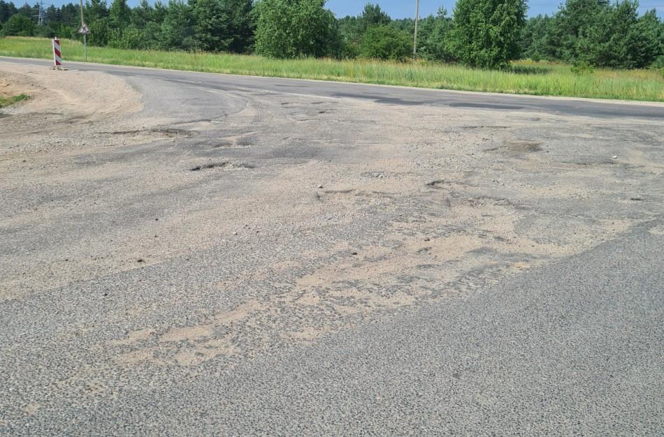 """""""Minų laukas"""" kelyje į Skarulius: vairuotojai pyksta, tačiau rekonstrukcija neplanuojama, bus tik duobių lopymas"""
