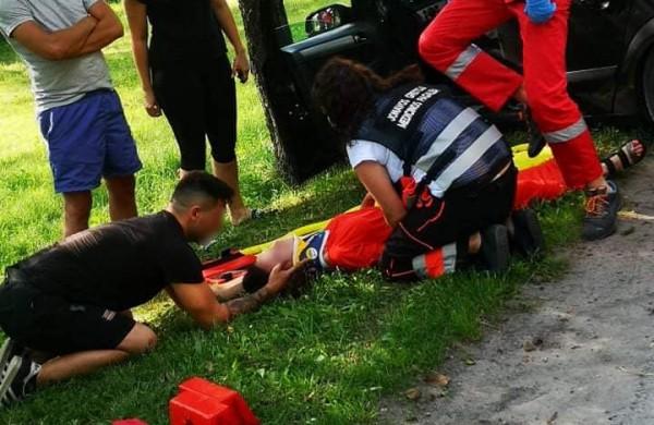 Kariai padėjo avarijoje nukentėjusiai merginai