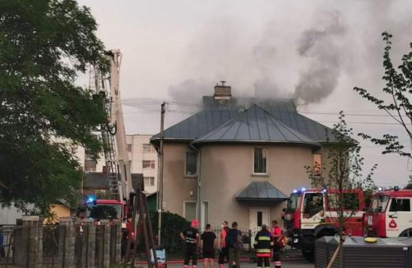 Jonavoje liepsnoja namas: pažaboti ugnies nepavyksta jau kelias valandas