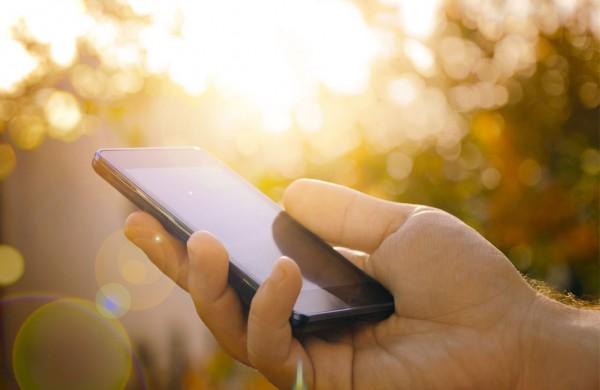 """Alinantys karščiai """"kankina"""" ir telefonus: 5 būdai apsaugoti nuo perkaitimo"""