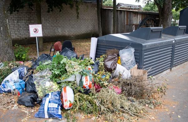 Gyventojų prašo nepalikti atliekų prie konteinerių