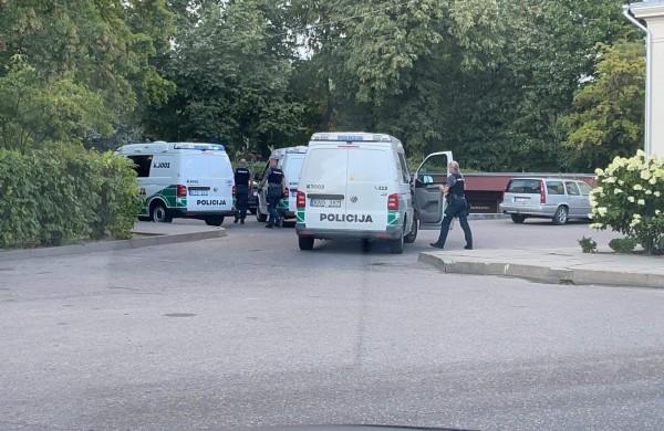 Po pranešimo apie įtartinus asmenis, pareigūnams teko sulaikyti tris vyrus