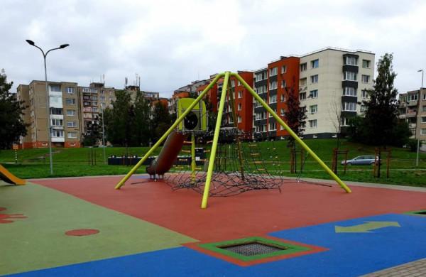 Chemikų gatvės gyventojai tikina nebegalintys apsikęsti vaikų žaidimų aikštelės kaimynystės