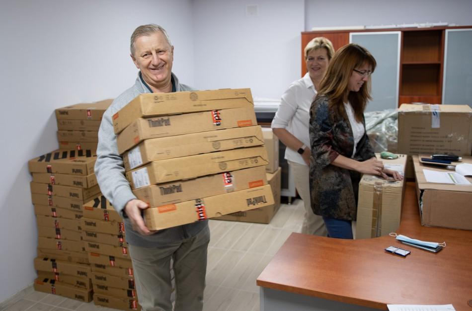 Jonavos rajono mokytojai aprūpinti naujais kompiuteriais