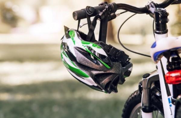 Pradedama vykdyti dviračių šalmų tikrinimo programa