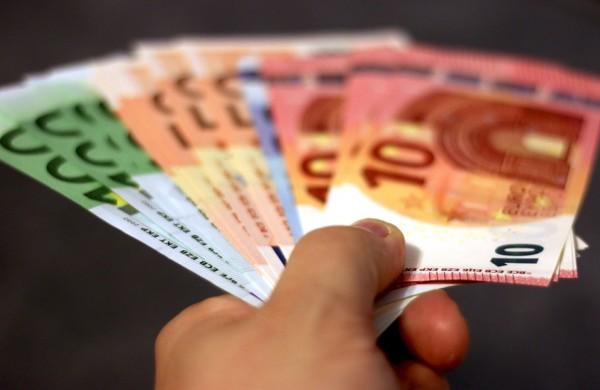Kitąmet siūloma minimalią mėnesinę algą didinti iki 730 eurų