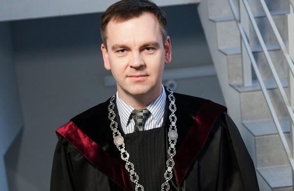 Teisėjas paaiškino, kas gresia už galimybių paso klastojimą