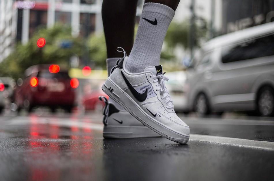 """Ruklos miestelyje pareigūnai aptiko galimai suklastotų """"Tommy Hilfiger"""", """"Adidas"""", """"Nike"""", """"Gucci"""" prekinių ženklų rūbų"""