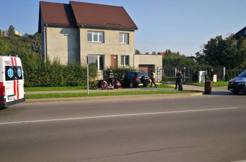 Į namo tvorą atsitrenkusio automobilio vairuotojas neišgyveno