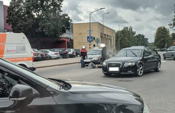 Taksi automobilis Vasario 16-osios gatvėje partrenkė senyvo amžiaus moterį