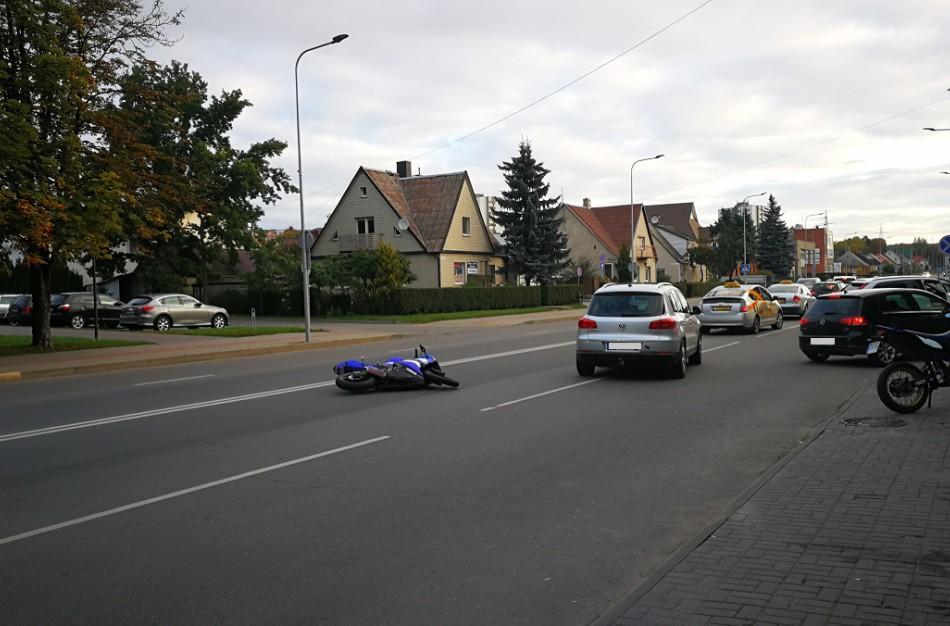 Miesto centre eismą trikdė vidury kelio nuvirtęs motociklas