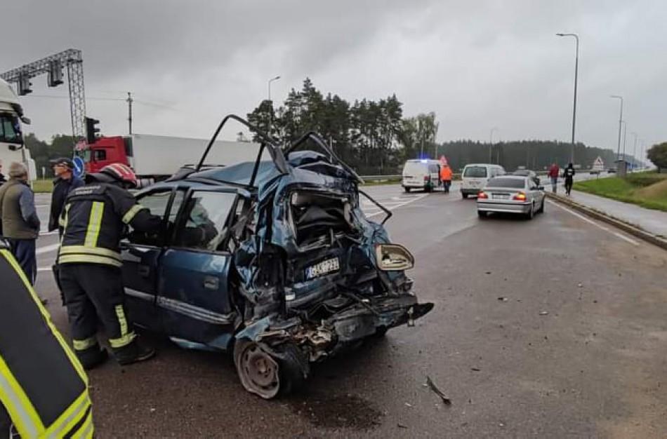 """Susidūrus vilkikui ir ,,Opel Zafira"""", ugniagesiai gelbėtojai vadavo vieną iš vairuotojų"""