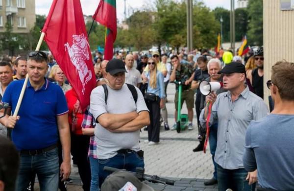 """Įtarimai dėl riaušių prie LR Seimo pareikšti jau 62 asmenims, A. Lobovas """"įkalintas"""" namie"""