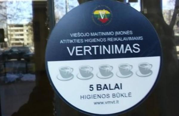 Ar pamenate, ką reiškia ant kavinės ar restorano durų užklijuotas lipdukas su puodeliais?