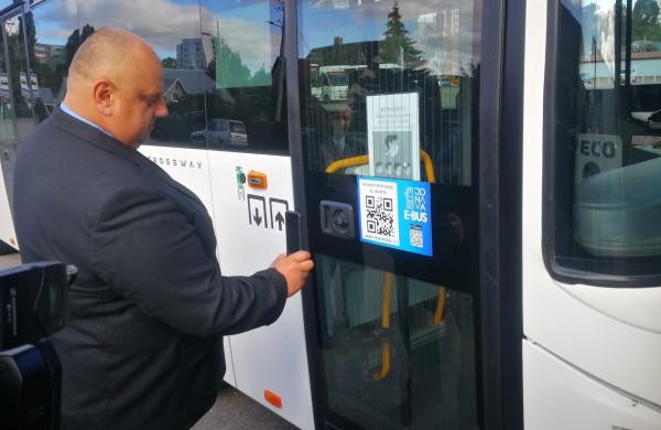 """""""Jonavos autobusuose"""" naujas atsiskaitymo būdas už bilietus: nuo šiol keliauti galima ir be grynųjų pinigų"""