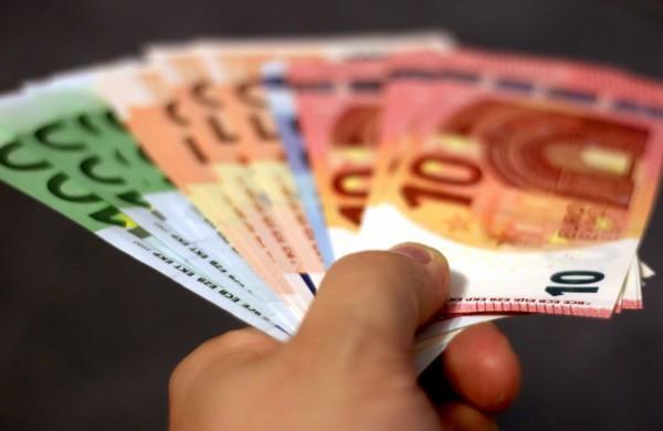 100 eurų – tiek kitąmet didės mažiausi uždirbančių biudžetinių įstaigų darbuotojų atlyginimai