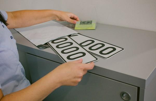 """""""Regitra"""" pildo planuojamų gaminti numerio ženklų sąrašą: naujovė laukia ir elektromobilių savininkų"""