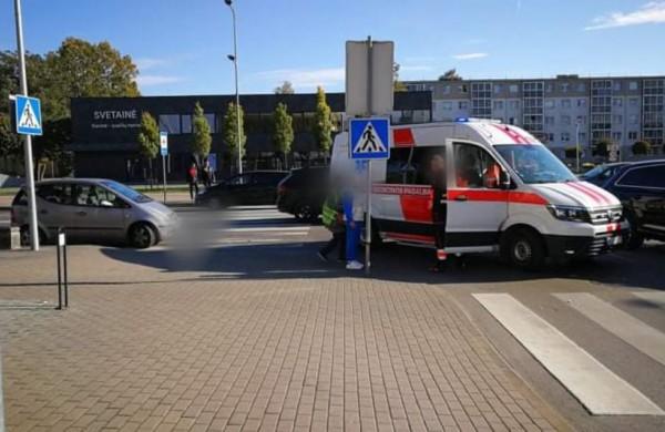 """Susidūrė į iškvietimą važiavęs greitosios medicinos pagalbos automobilis ir """"Mercedes Benz"""""""
