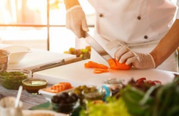 Ar maistą klientams gaminantys darbuotojai turi dirbti su pirštinėmis ir apsauginėmis kaukėmis?