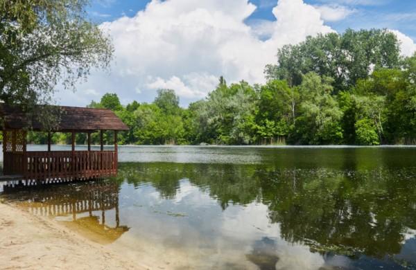 Ar pavėsinių statybai rekreacinio naudojimo žemės sklype, paviršinių vandens telkinių apsaugos zonoje reikalingas statybos leidimas