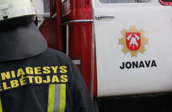 Užsidegus namui, nukentėjo du vyriškiai: apdegė veidą ir kitas kūno vietas