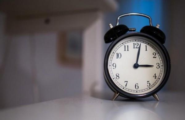 Netrukus suksime laikrodžių rodykles: ar palaikote dabar galiojančią tvarką?