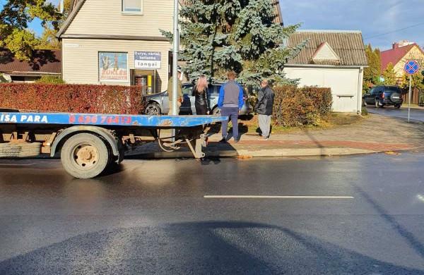 Po eismo įvykio vienas automobilis įvažiavo į name įsikūrusios parduotuvės kiemą
