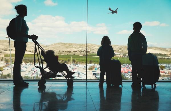 Skrydis lėktuvu su vaikais: kaip tinkamai ir be streso pasiruošti kelionei su atžalomis?