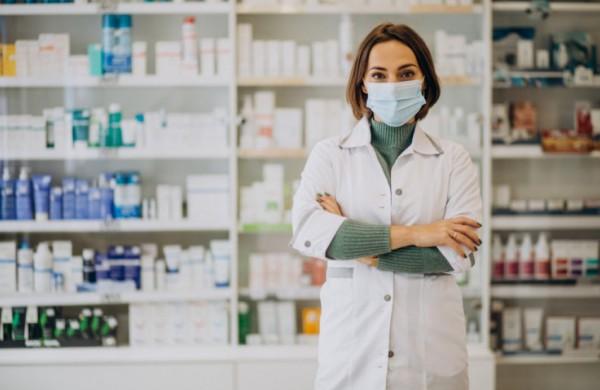 Siūlo išeitį, kaip sumažinti COVID-19 pacientų perpildytų gydymo įstaigų krūvį: daugiau paslaugų galėtų teikti vaistininkai